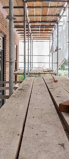 Blick von einem Baugerüst an einem Haus